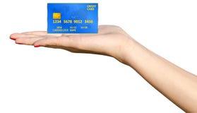 Hand, die Kreditkarte hält Stockfotos