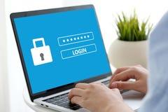 Hand, die Laptop-Computer mit Passwortanmeldung auf Schirm, Cyber bindet stockbilder