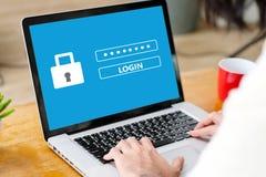 Hand, die Laptop-Computer mit Passwortanmeldung auf Schirm, Internetsicherheitskonzept bindet stockfoto