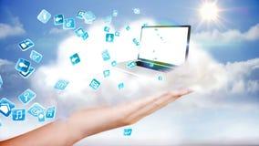 Hand die laptop en app pictogrammen voorstellen tegen wolken Stock Afbeeldingen