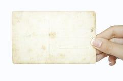 Hand, die leere grunge Postkarte anhält Lizenzfreies Stockfoto