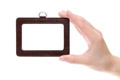 Hand, die leere Identifikation hält Stockfotografie