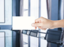 Hand, die leeres namecard hält Lizenzfreie Stockfotografie