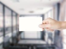 Hand, die leeres namecard hält Stockfotos