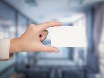 Hand, die leeres namecard hält Stockfotografie