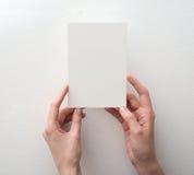 Hand die lege kaart houdt Royalty-vrije Stock Foto's