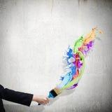 Hand, die lego Wand aufbaut Lizenzfreie Stockfotografie