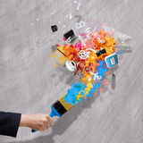 Hand, die lego Wand aufbaut Stockbilder