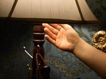 Hand, die Licht abstellt Stockfoto