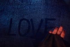 Hand, die Liebeswort entfernt Stockfotos
