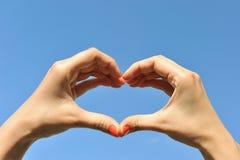 Hand, die Liebeszeichen bildet stockfotos
