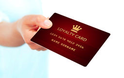 Hand, die Loyalitätskarte lokalisiert über Weiß hält Stockfotografie