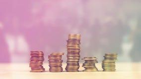 Hand, die Münzen als Geldeinsparungens-, -leitungshauptbudget und Finanzen stapelt stock footage