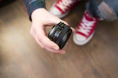 Hand, die manuelle Hauptlinse 50 Millimeter hält Lizenzfreies Stockfoto