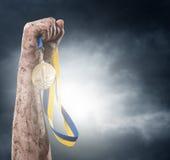 Hand, die Medaille hält Lizenzfreies Stockfoto