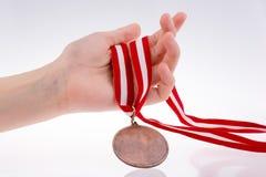 Hand, die Medaille hält Lizenzfreies Stockbild