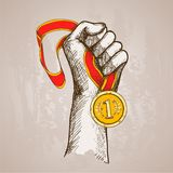 Hand, die Medaille hält Stockbild