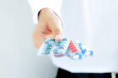 Hand, die Medizin in den Blisterpackungen hält Lizenzfreies Stockfoto