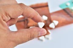 Hand, die Medizin hält Stockbild