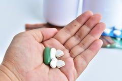 Hand, die Medizin hält Lizenzfreie Stockfotos
