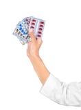 Hand, die medizinische Drogen anhält Stockfotografie