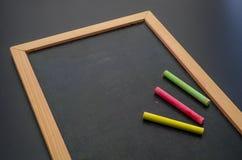 Hand die met een kleurrijk krijt op bord schrijven Royalty-vrije Stock Afbeeldingen