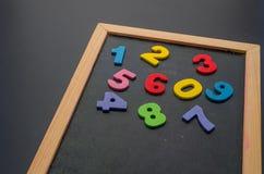 Hand die met een kleurrijk krijt op bord schrijven Stock Foto's