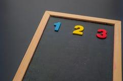 Hand die met een kleurrijk krijt op bord schrijven Royalty-vrije Stock Afbeelding