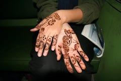 Hand die met henna wordt geschilderd Stock Afbeelding