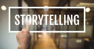 Hand die met het storytelling van bedrijfstekst tegen vage achtergrond in wisselwerking staan royalty-vrije stock foto's