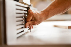 Hand die met houten shaper werken royalty-vrije stock afbeeldingen