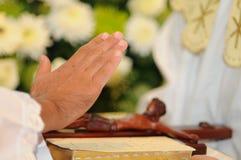 Hand die met Jesus op kruis en bijbel zegent Royalty-vrije Stock Fotografie