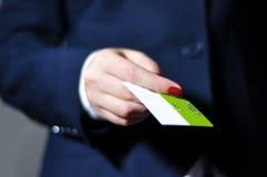 Hand, die mit Kreditkarte zahlt stockfotografie