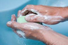 Hand, die mit Seife sich wäscht Lizenzfreie Stockfotografie