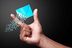 Hand, die Mitteilungsikonen zeigt Lizenzfreies Stockbild