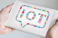 Hand die mobiel apparaat zoals tablet of slimme telefoon houden Internet van Dingeniot concept Stock Afbeeldingen