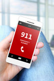 Hand die mobiele telefoon met alarmnummer 911 houden stock afbeelding