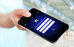 Hand die mobiele telefoon met de toepassing van het vluchtenonderzoek houden Royalty-vrije Stock Foto