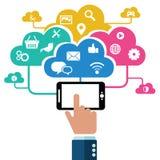Hand die mobiele telefoon met pictogrammen houdt Concept mededeling in het netwerk Royalty-vrije Stock Foto's