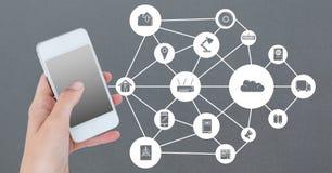Hand die mobiele telefoon met voorzien van een netwerkpictogrammen houden op grijze achtergrond Royalty-vrije Stock Afbeelding
