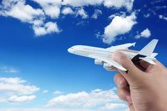 Hand die modelvliegtuig houdt. Stock Afbeeldingen