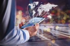 Hand die Moderne communicatietechnologie mobiele telefoon houden stock foto