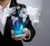 Hand die Moderne communicatietechnologie mobiele telefoon houden Stock Foto's