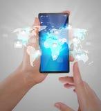 Hand die Moderne communicatietechnologie mobiele telefoon houden Royalty-vrije Stock Foto's