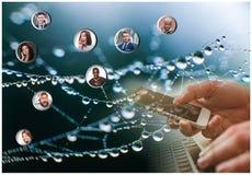 Hand die moderne mobiele telefoon en Webabonnees houden Royalty-vrije Stock Foto's