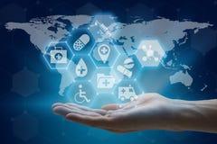Hand die mondiaal net houden die moderne medisch en gezondheidszorg gebruiken Stock Foto