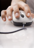 Hand die Muis met behulp van Stock Foto