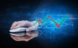 Hand die muis met statistisch concept met behulp van royalty-vrije stock afbeelding