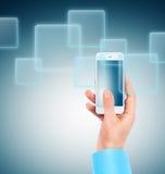 Hand, die Multimediatelefon hält Stockbilder