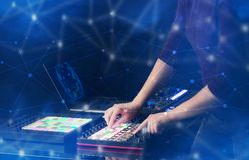 Hand die muziek op het controlemechanisme van Midi mengen met connectiviteitsconcept Stock Foto